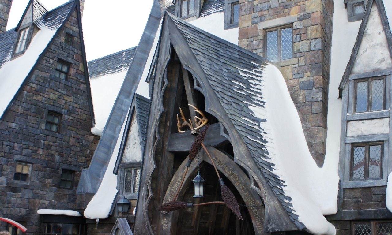 Three Broomsticks: Snowy entrance.
