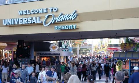Universal Studios Mardi Gras 2011 Pre-Party: Crowds coming in.