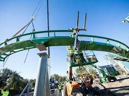 The Incredible Hulk Coaster rises...