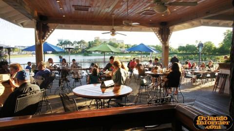 Johnnie's Hideaway Restaurant: Outdoor seating.