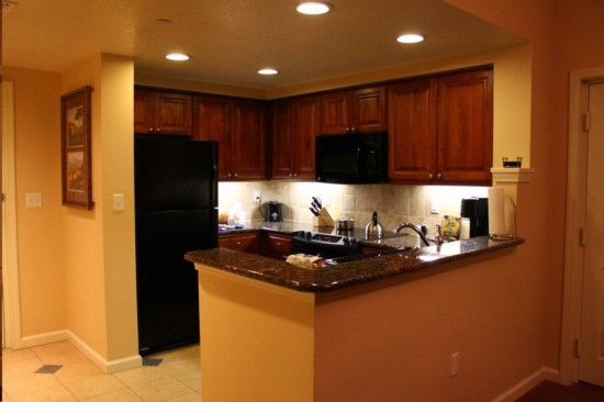 Hilton Grand Vacation Club on International Drive in Orlando: Full-size kitchen stocked with the necessities.