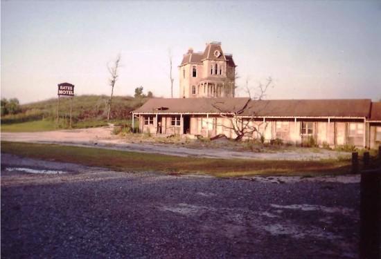 Bates Motel / Barney - 1992.