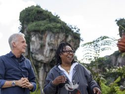 Whoopi Goldberg and James Cameron inside Pandora - The World of Avatar